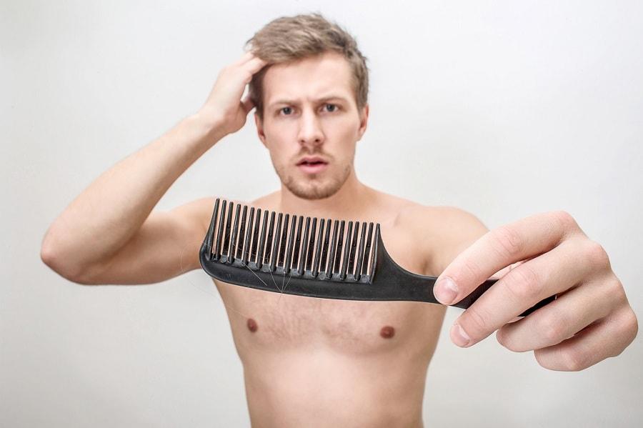 Mann findet Haare in seinem Kamm