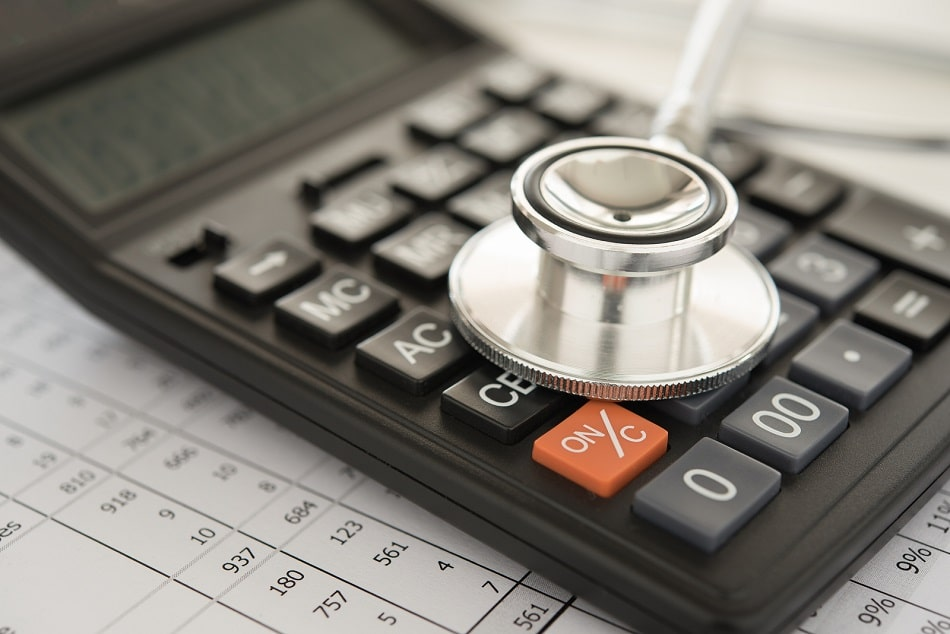 Stethoskop und Taschenrechner auf einer Krankenhausrechnung
