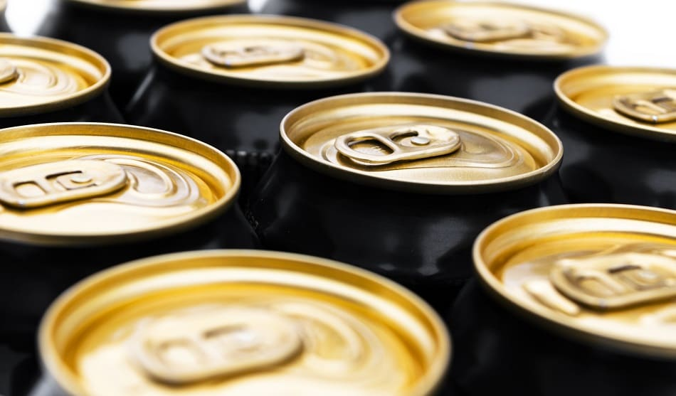 Mehrere Aluminium Dosen hintereinander in mehreren Reihen