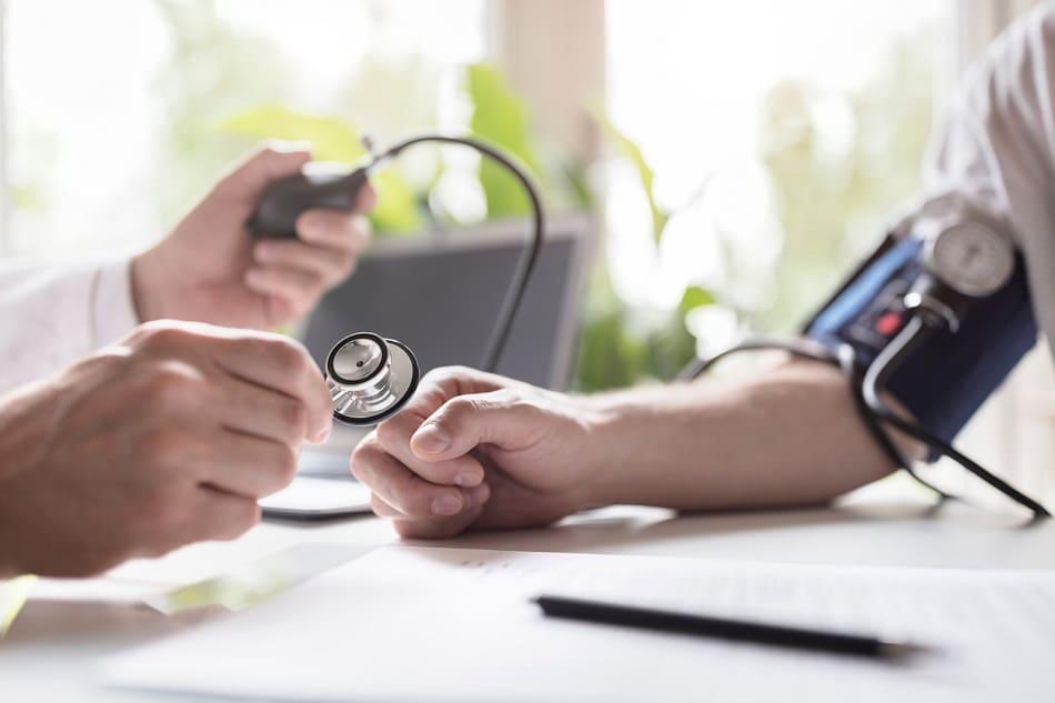 Arzt führt eine Blutdruckmessung durch