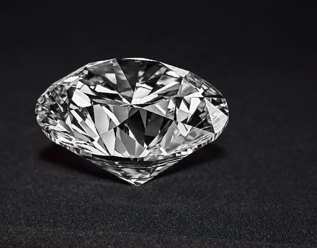 Sauberer und hochwertiger Diamant liegt auf einem schwarzen Untergrund