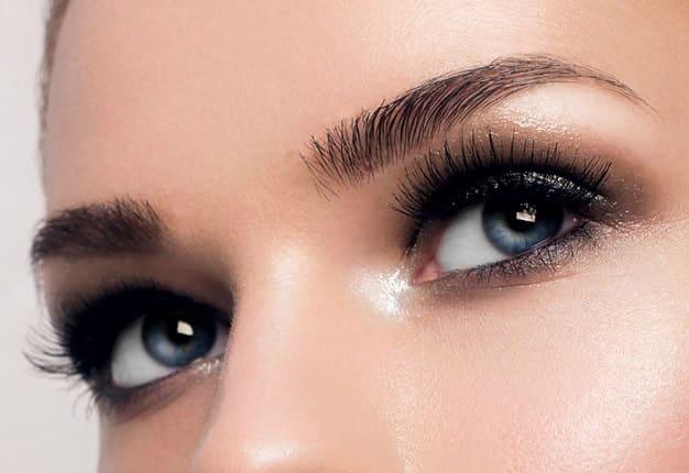 Nahaufnahme der Augen- Nasenpartie einer Frau mit blauen Augen
