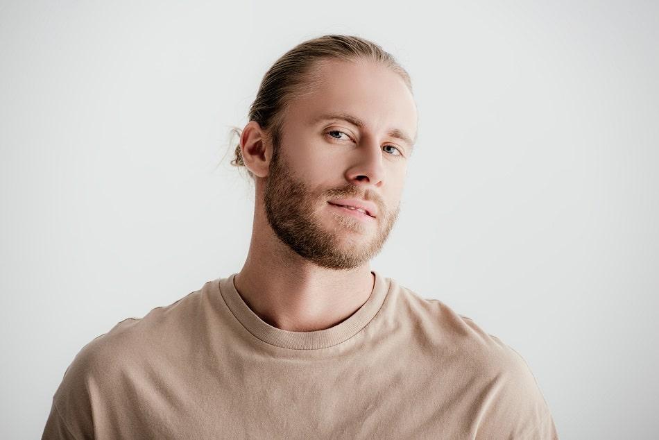 Blonder Mann mit Zopf und Bart