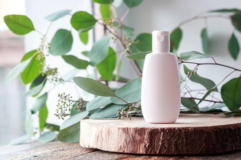 Koffeinhaltiges Shampoo auf einem Stück Holz