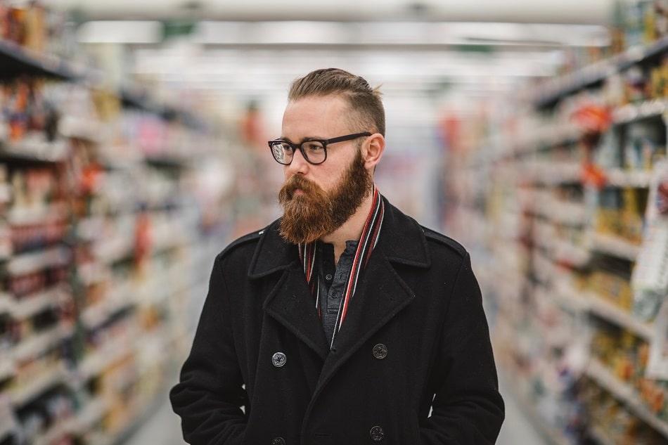 Mann mit dichtem Bartwuchs im Supermarkt