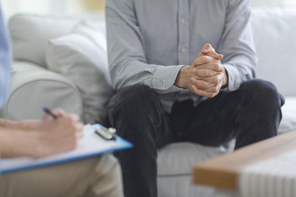 Mann mit Haarausfall durch Depression bei der Psychotherapie