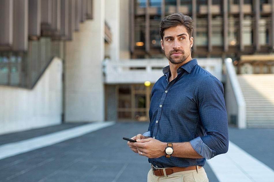 mann mit blauem Hemd und vollem Haar auf der Straße