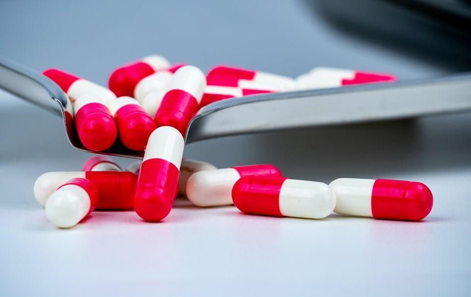 Mehrere Antibiotika Kapseln in einer Schale