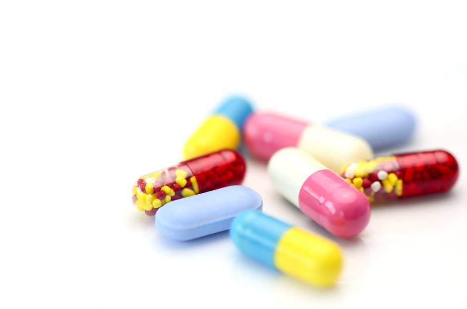 Diverse Tabletten liegen auf einem weißen Untergrund
