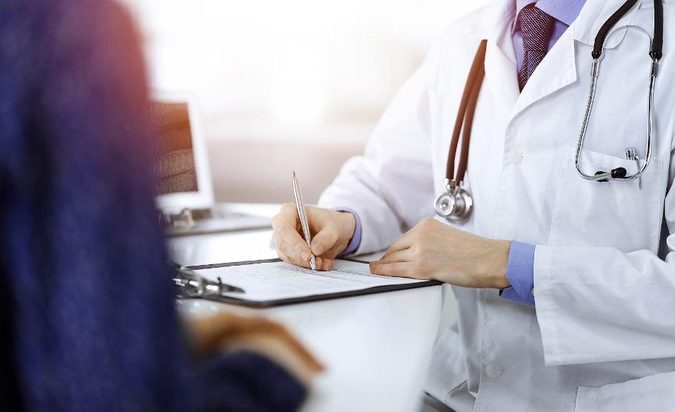 Ein Patient lässt sich von seinem Hautarzt beraten