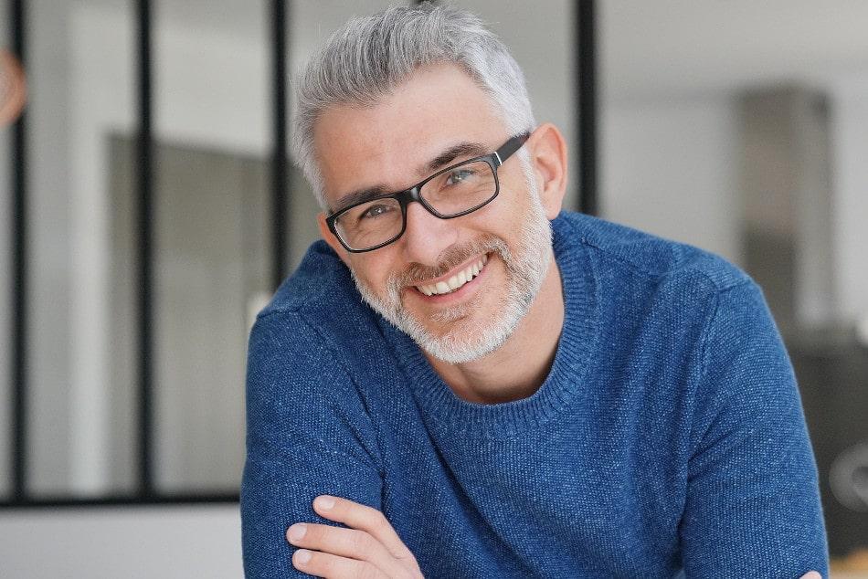 Mann mit grauen Haaren lächelt in die Kamera