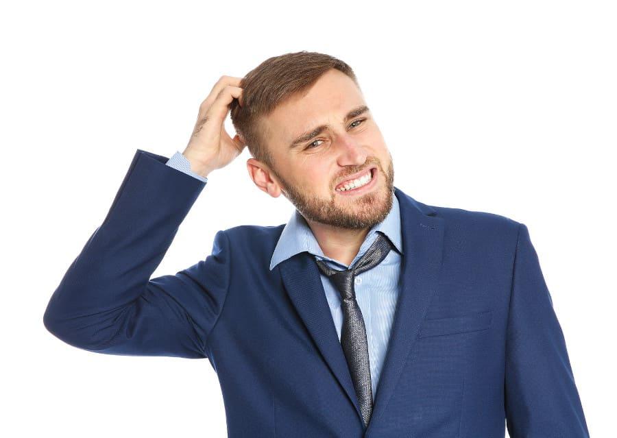 Mann leidet unter Haartransplantation Nebenwirkung Jucken