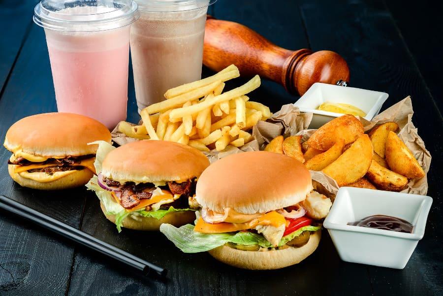 Diverses Fast food auf einem schwarzen Tisch