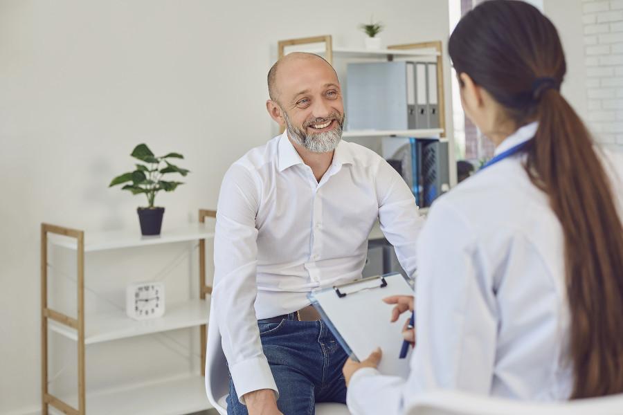 Mann fragt beim Erstgespräch mit Arzt, ob Haartransplantation schmerzhaft ist