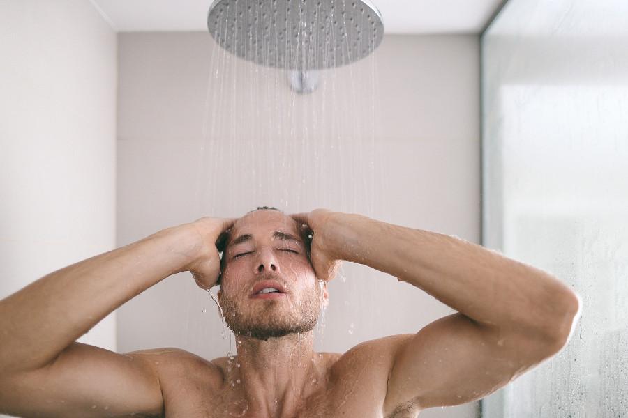 Mann duscht nach einer Haartransplantation
