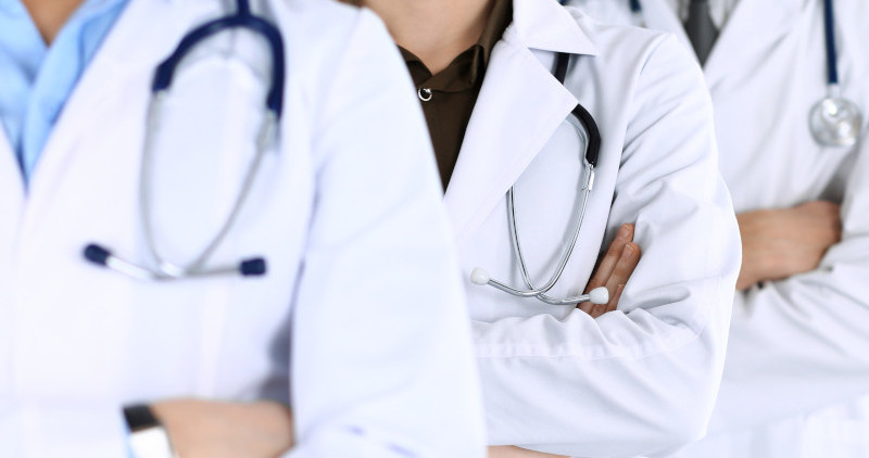 Drei Ärzte mit verschränkten Armen.