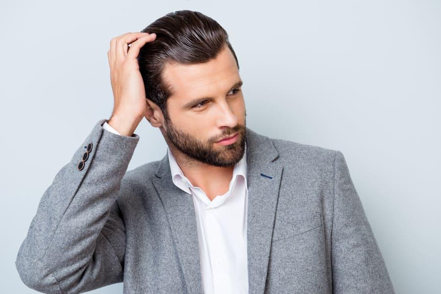 Haare halten nach Haartransplantation dauerhaft bei einem Mann