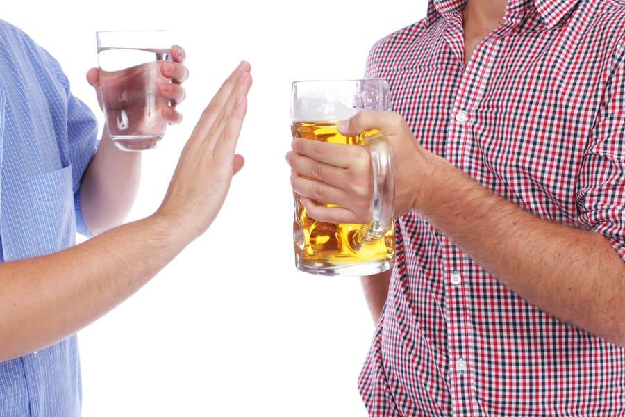 Statt Alkohol sollte Wasser getrunken werden, damit nach der Haartransplantation das Gesicht nicht geschwollen ist